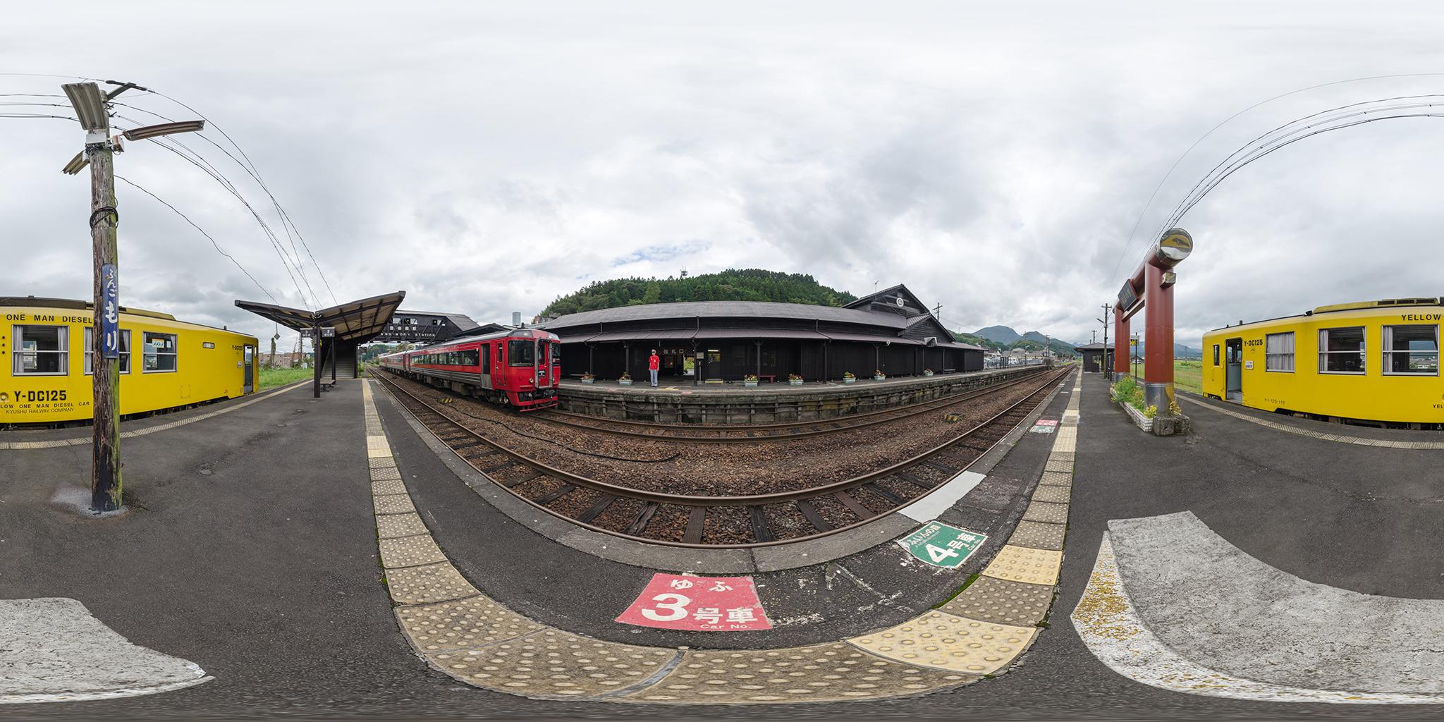 豊後森駅に到着する特急ゆふ(キハ185)