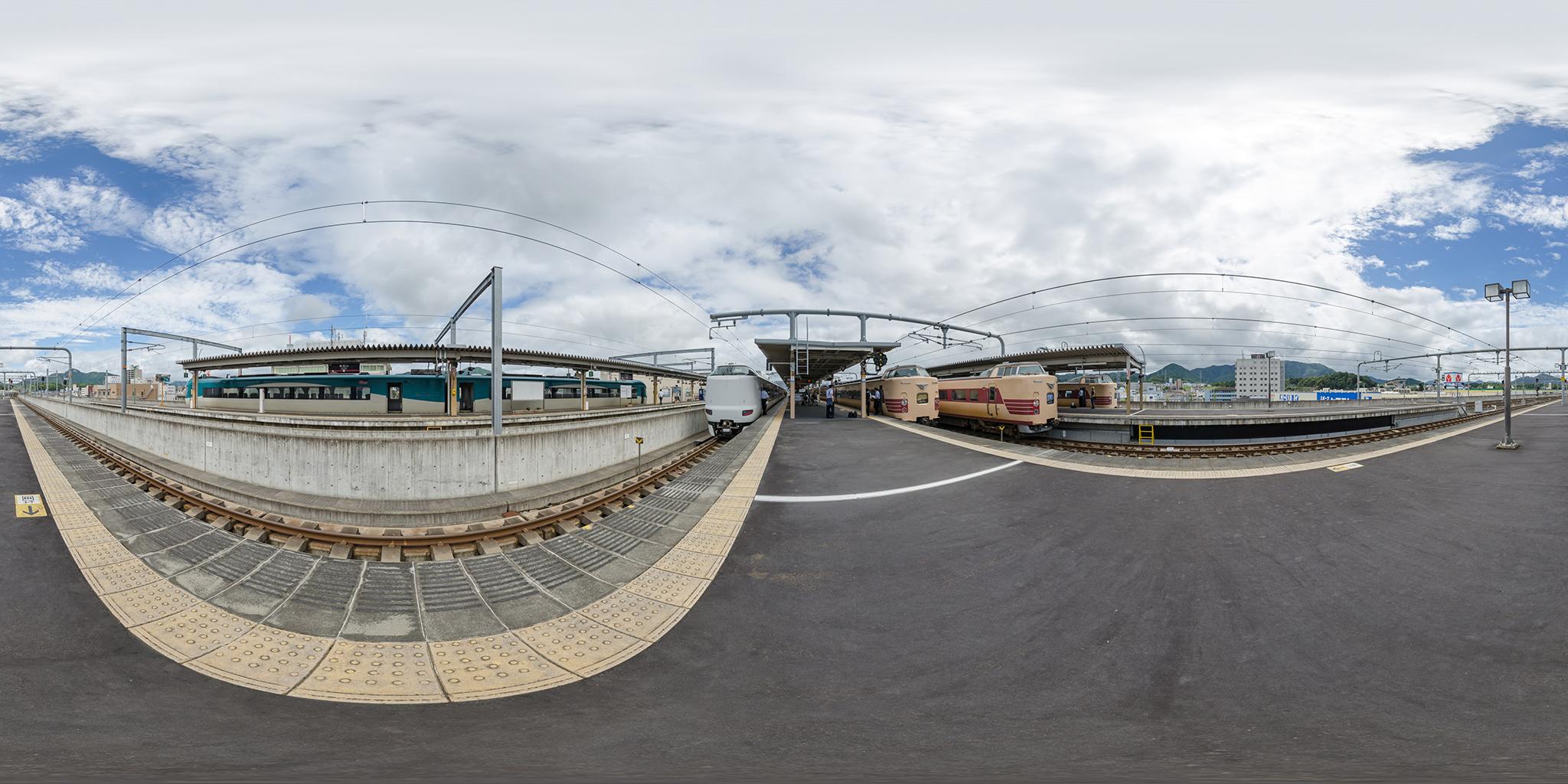 福知山駅にて381系3本と287系、KTR8000形、特急列車5本が並ぶ