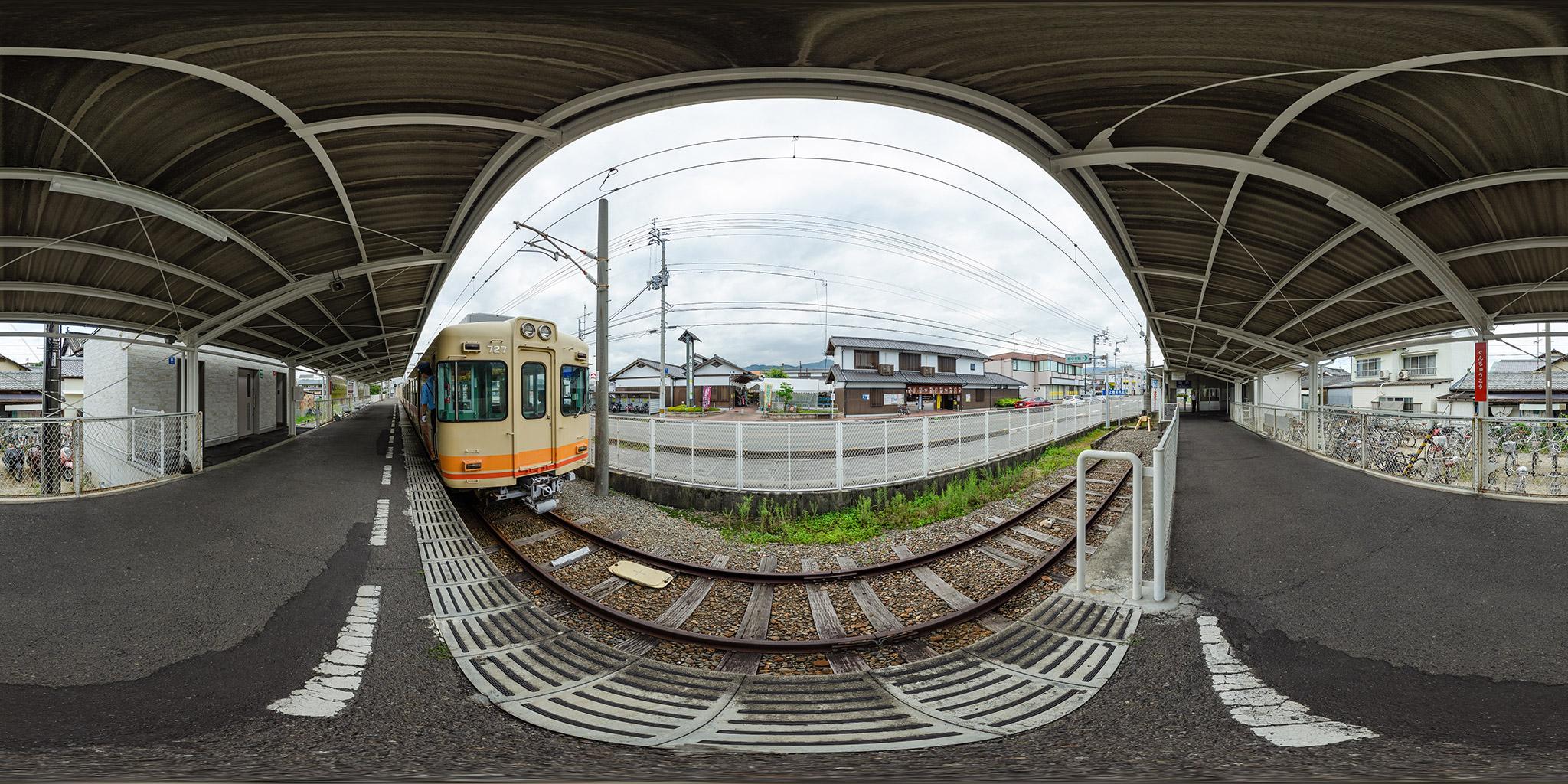 伊予鉄道郡中港駅を発車する700系電車