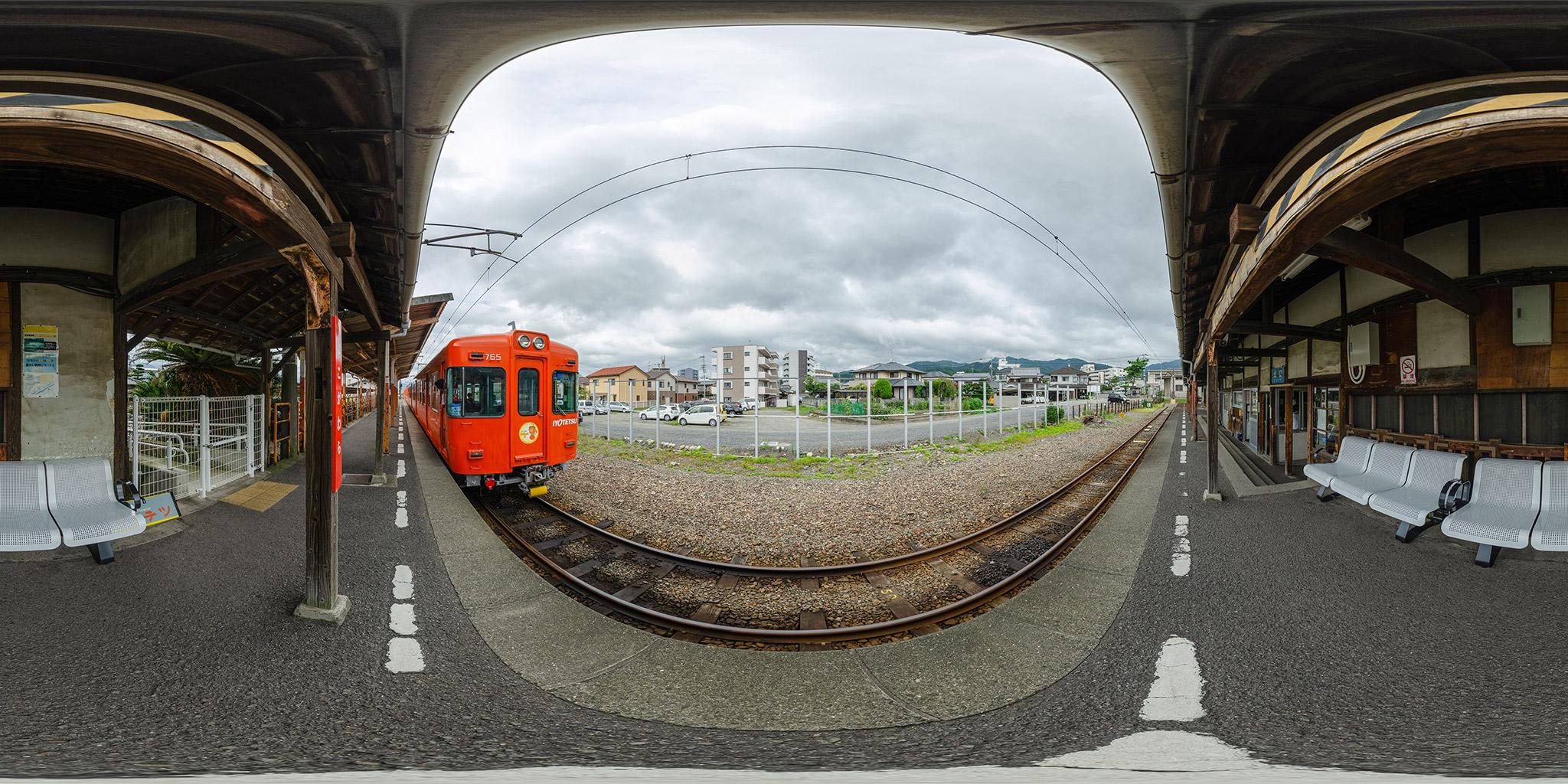 伊予鉄横河原駅の旧木造駅舎と700系電車