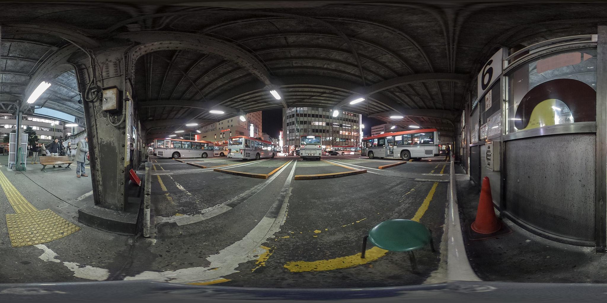 次々と路線バスが発着する万代口バスターミナル