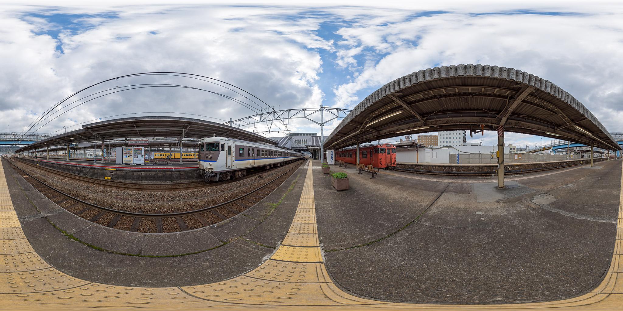 新山口駅にて115系N-07編成とキハ40
