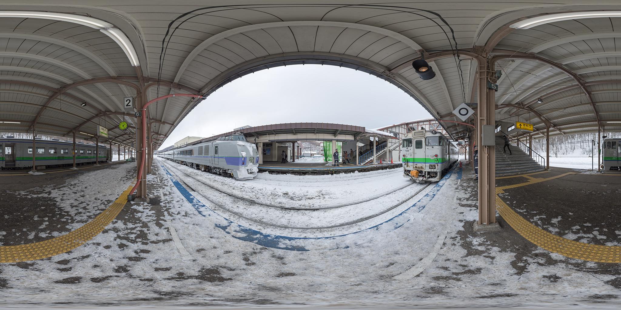 網走駅を出発するオホーツク6号と釧網本線のキハ40‐729・キハ40-832