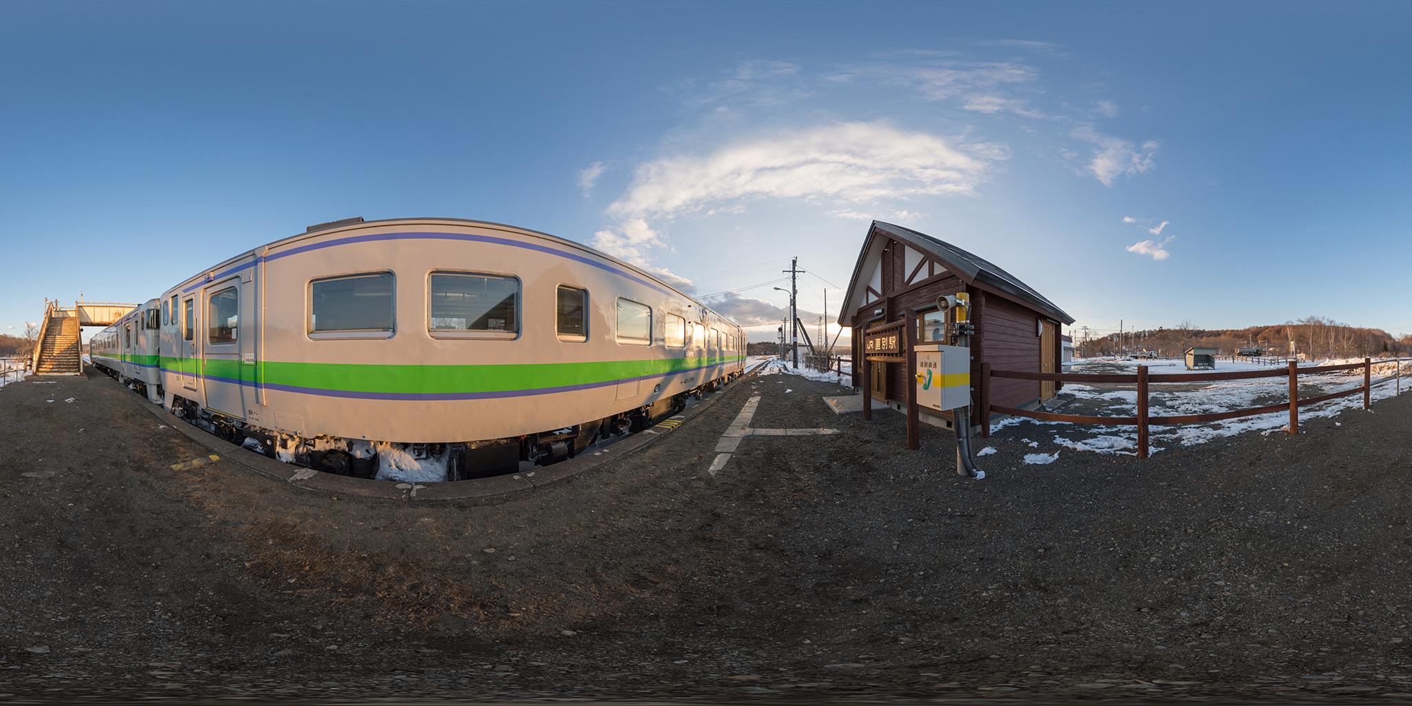直別駅で列車交換のため停車する2429D