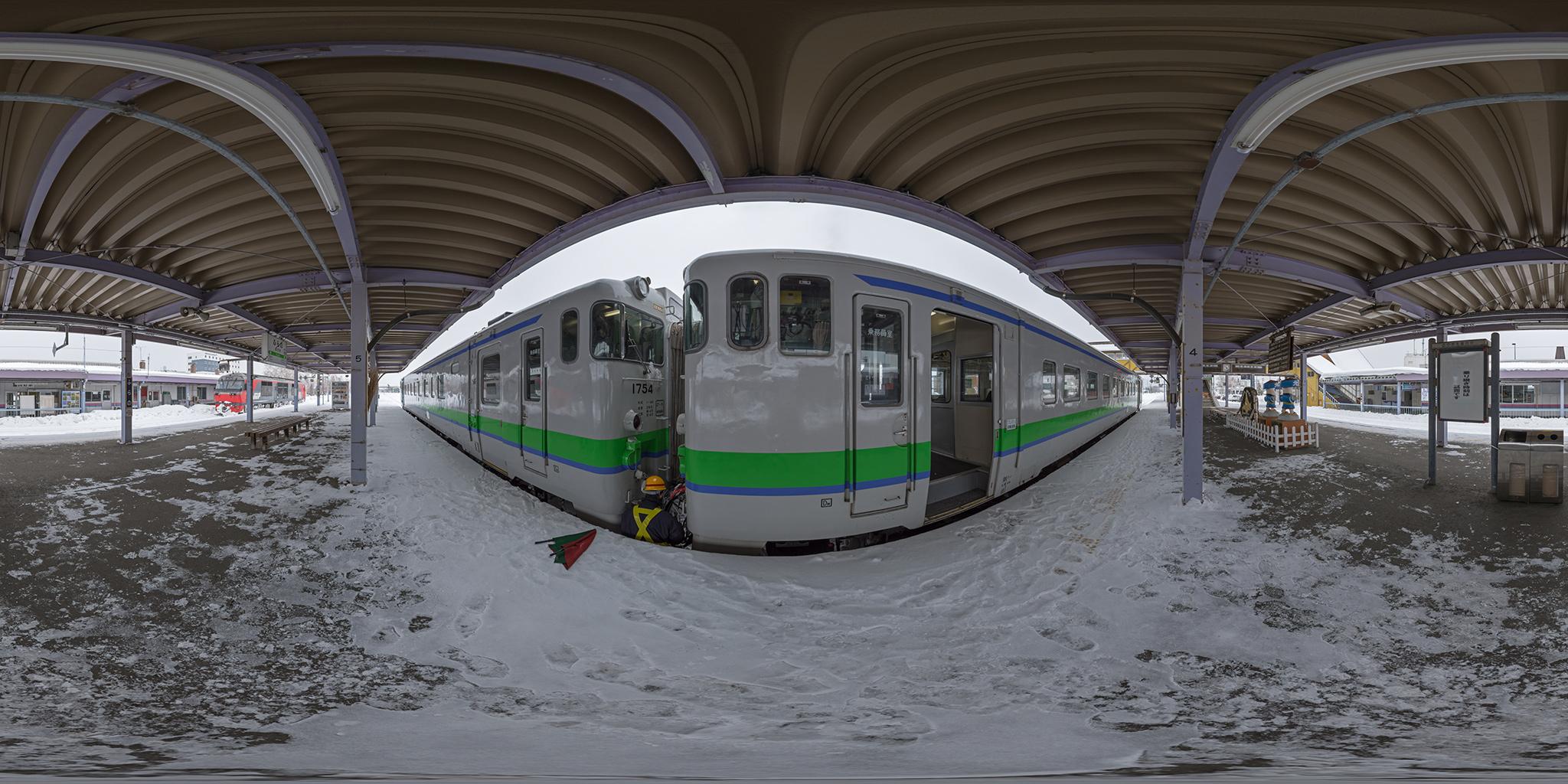 富良野駅でキハ40-1754を増結する2429D