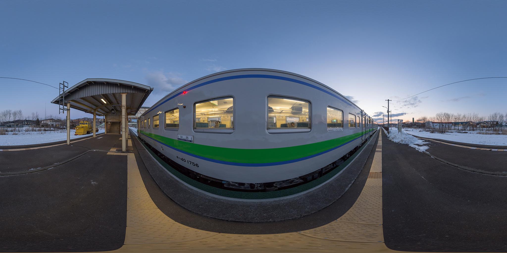 白糠駅で貨物列車と交換する2429D