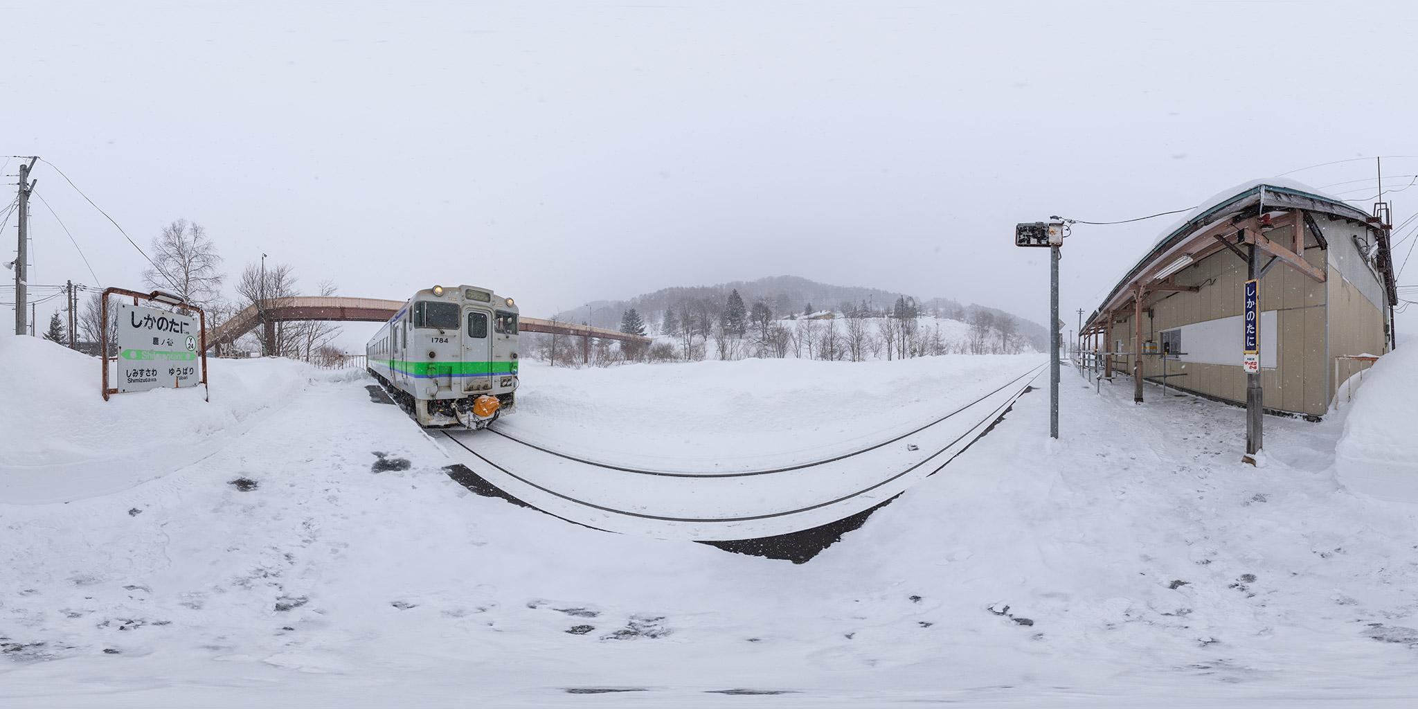 清水沢駅に到着する千歳行きのキハ40 1784(2632D)