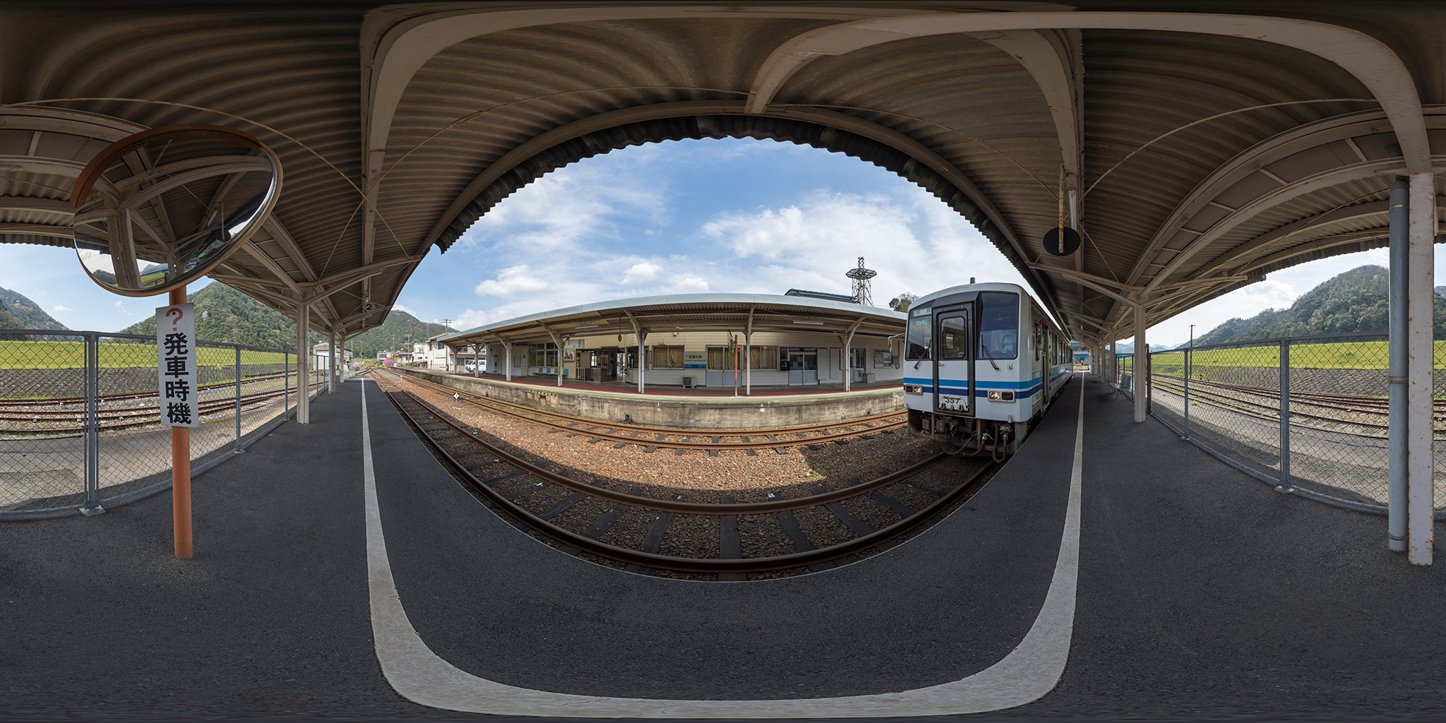 三江線の石見川本駅に停車中のキハ120-357
