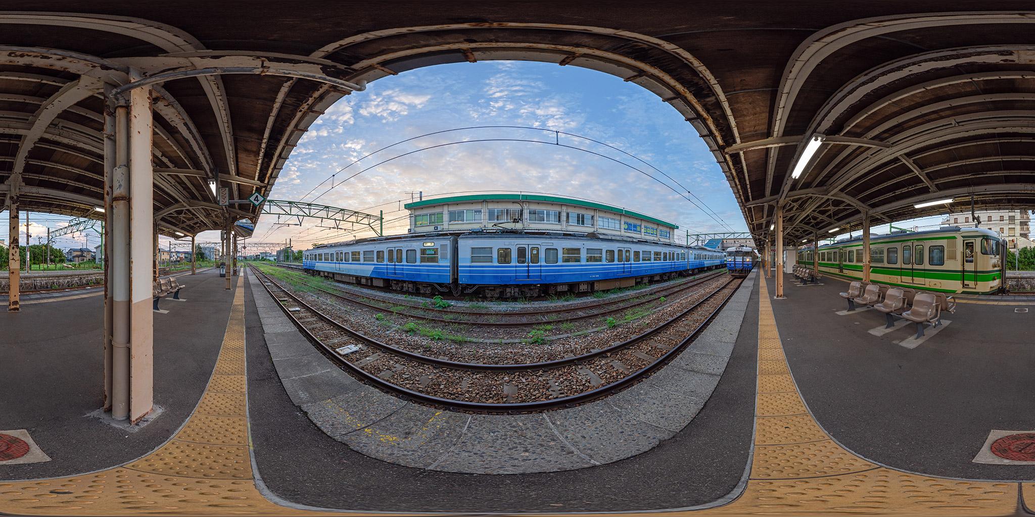越後線・弥彦線吉田駅に並ぶ115系