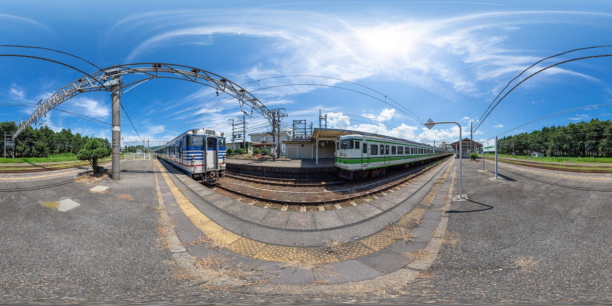 羽越本線村上駅にて、115系とキハ40系