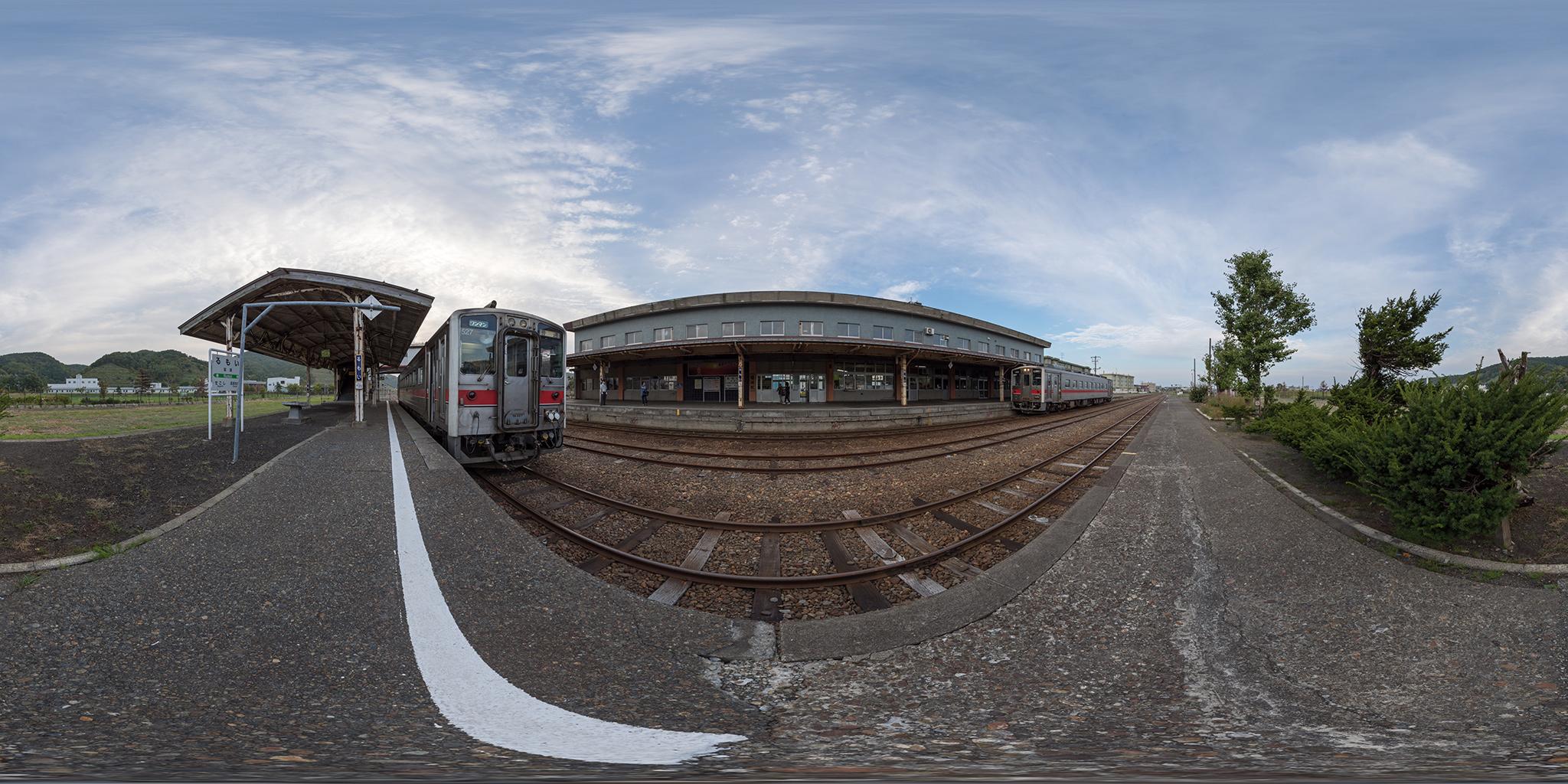 留萌駅で交換するキハ54-527(4921D)とキハ54-506(4922D)