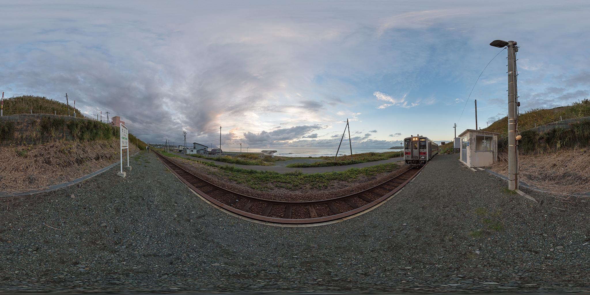 瀬越駅に到着するキハ54-528(4929D)
