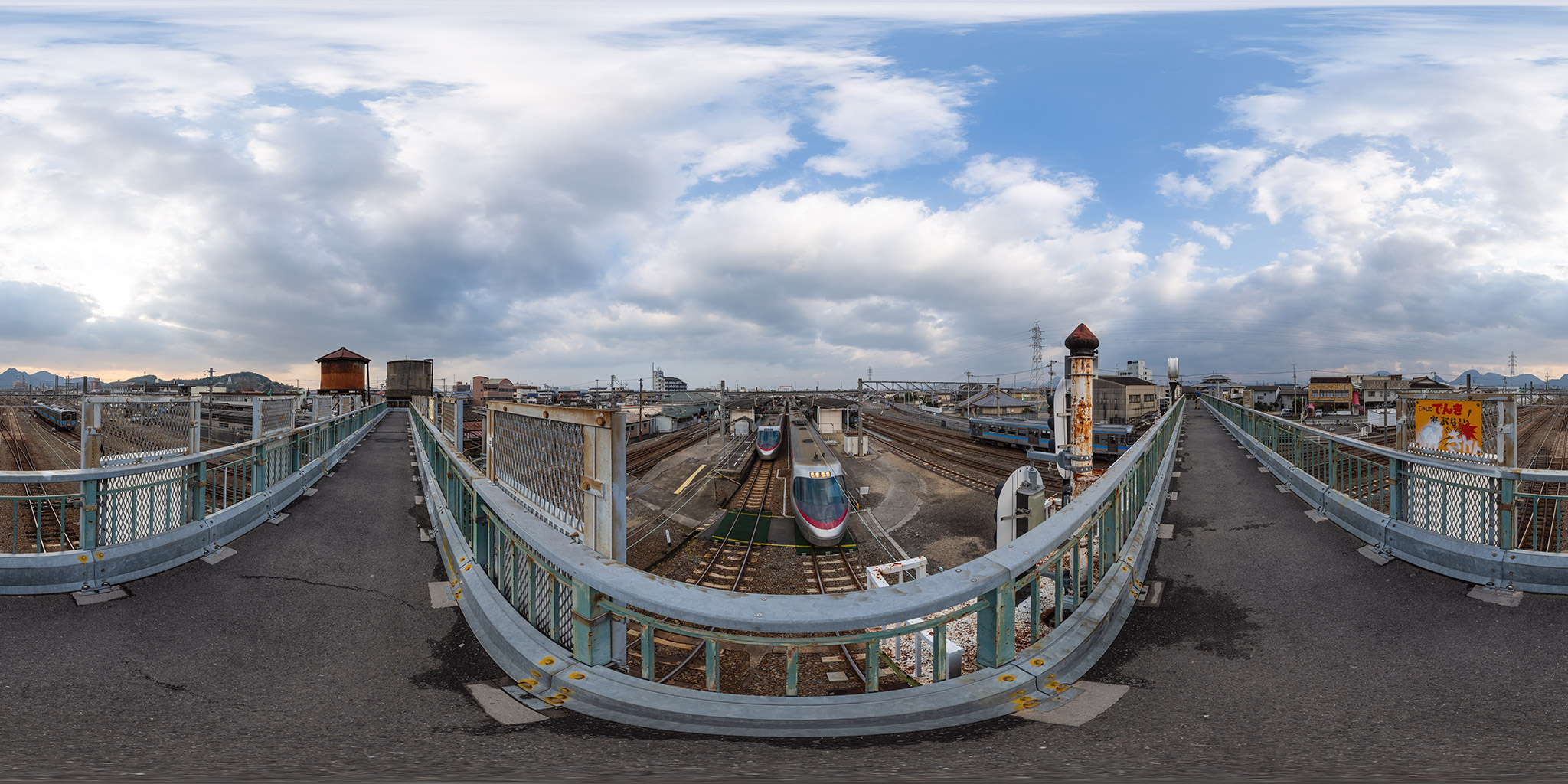 多度津駅旧跨線橋からの眺望。8000系「しおかぜ」が行き違う