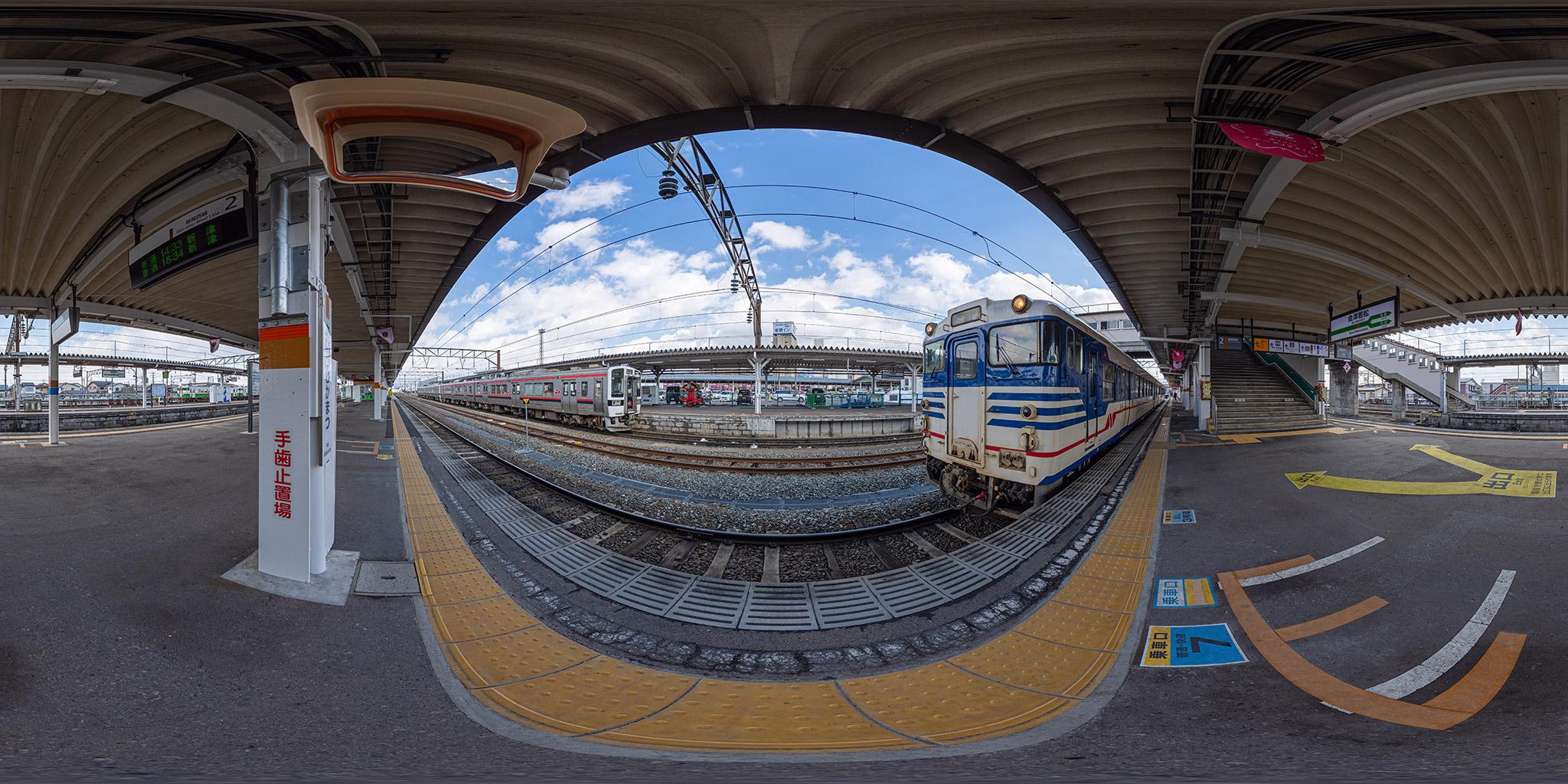 会津若松駅にて。磐越西線の719系H-11+H-12編成(3238M)とキハ47-511+キハ47-1520(233D)