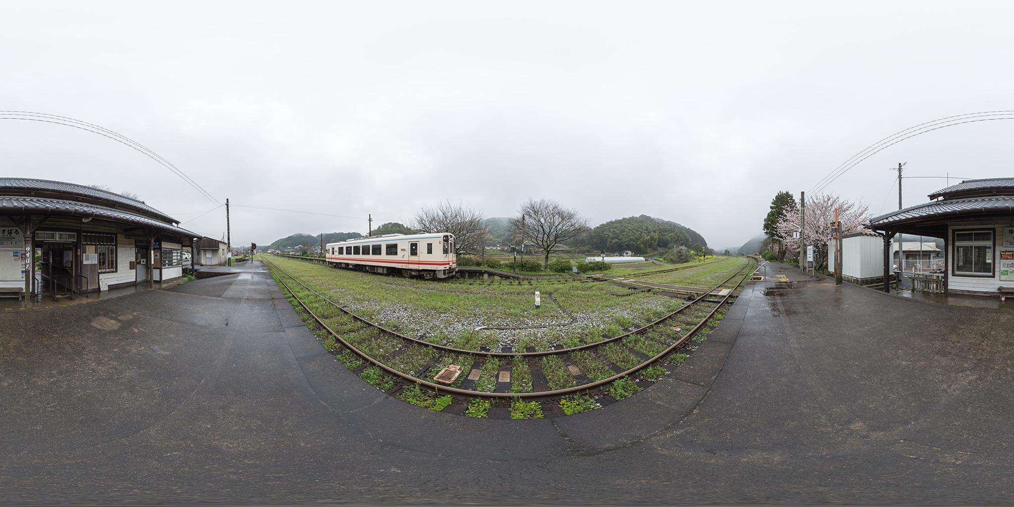 油須原駅を発車する412号