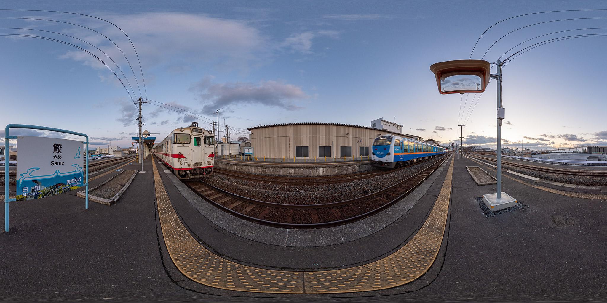 八戸線鮫駅で交換するキハ40 588 - キハ40 525と「リゾートうみねこ」