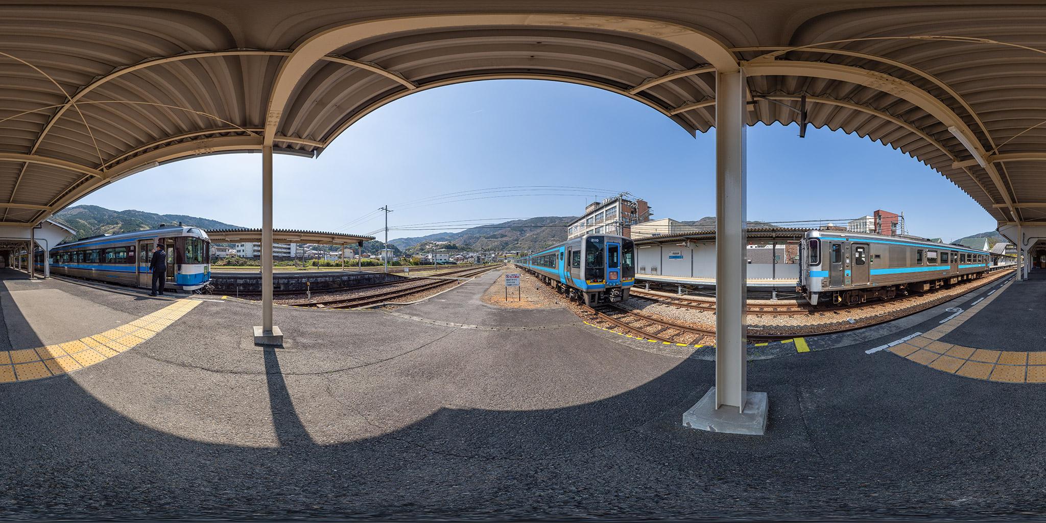 阿波池田駅にて2000系南風とキハ185系剣山