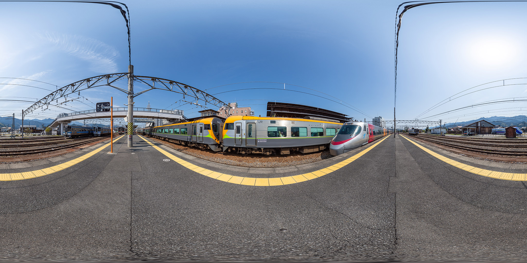伊予西条駅で交換する特急「しおかぜ・いしづち」、8000系と8600系。