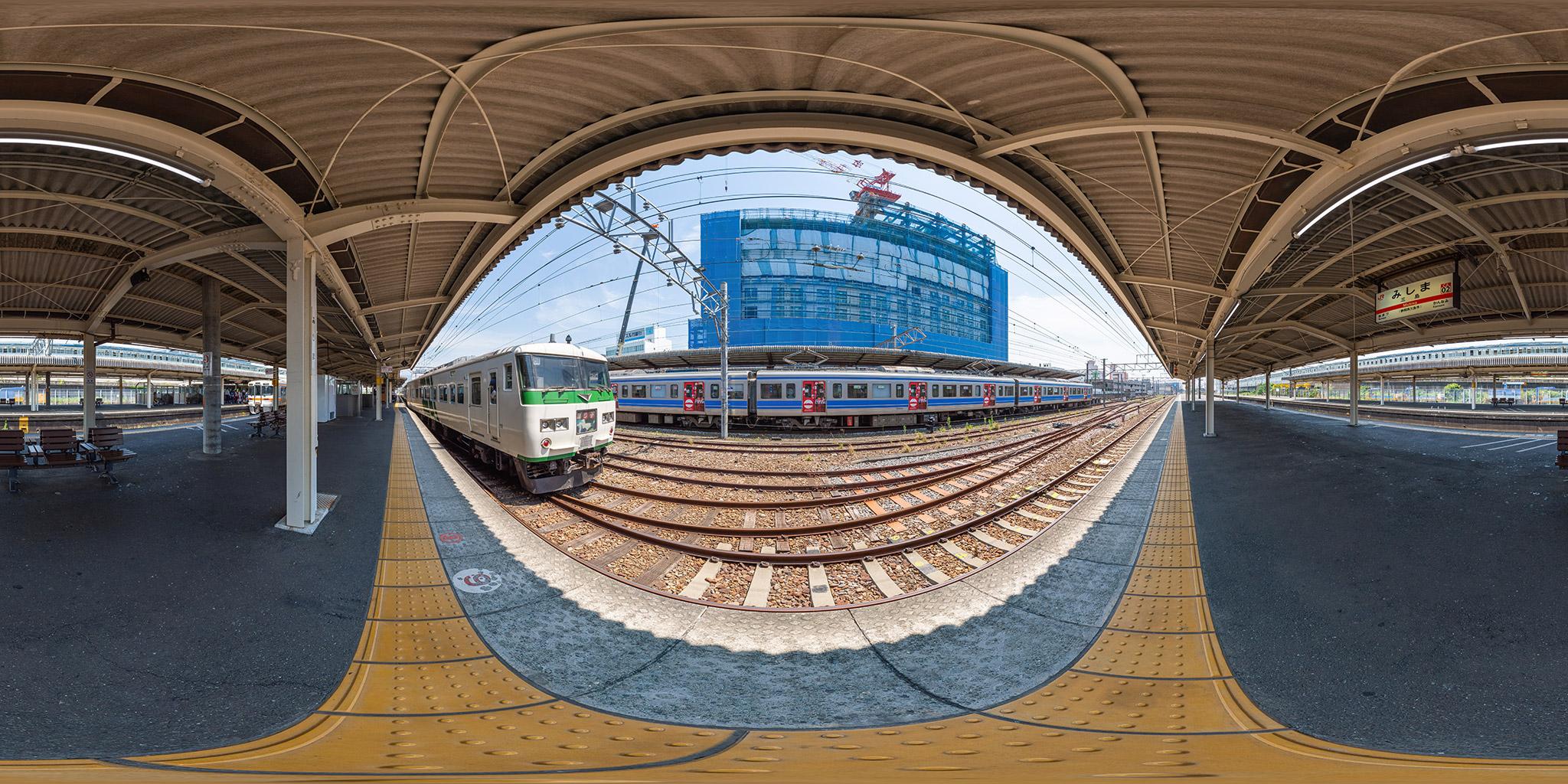 東海道線三島駅に到着する185系踊り子106号